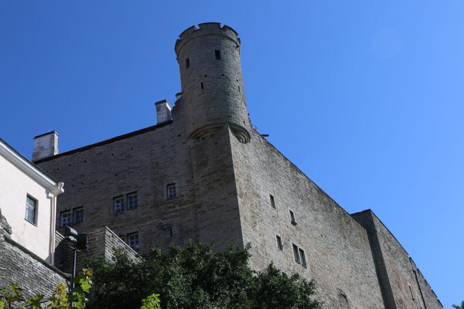 Die Stadtmauer und ein mächtiger Turm auf der westlichen Seite der Altstadt.