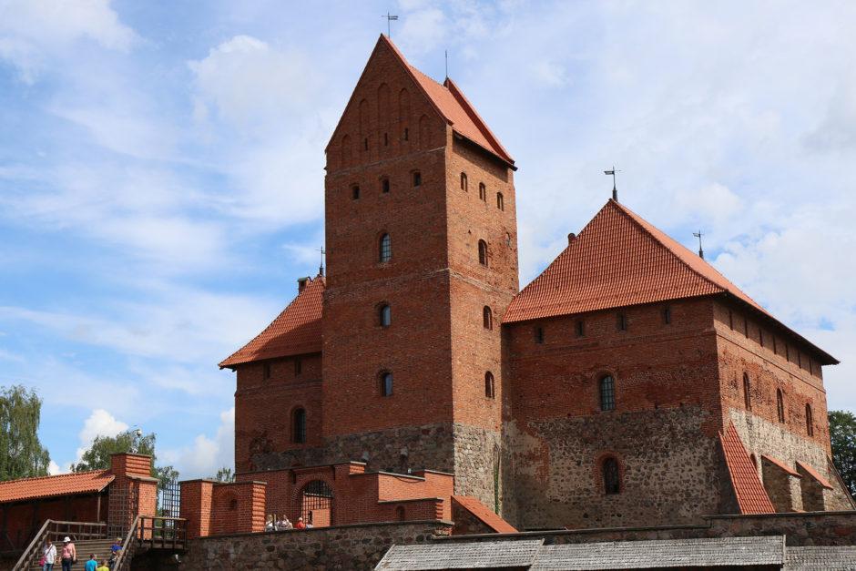Im ersten Innenhof der Burg entfaltet sich die wahre Größe der Anlage.