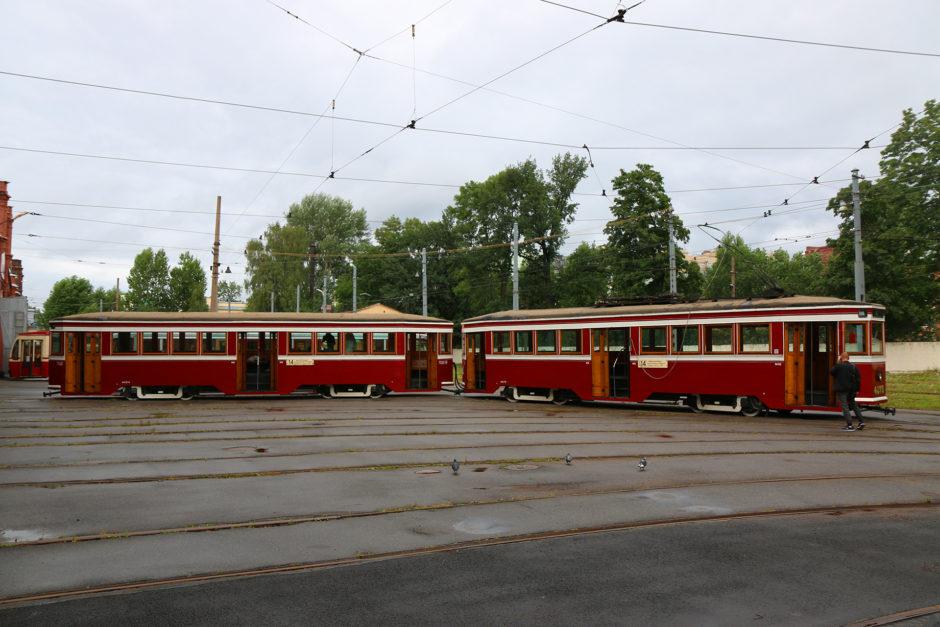 Gleich bei Ankunft erwarten einen schon zwei Trams im Außenbereich.