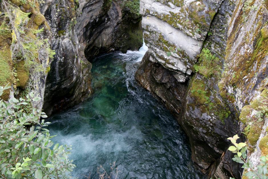 Auf dem Hinweg auch noch ein Stopp wert. Eine Schlucht mit kleinem Wasserfall. Unglaublich laut war das tosende Wasser.