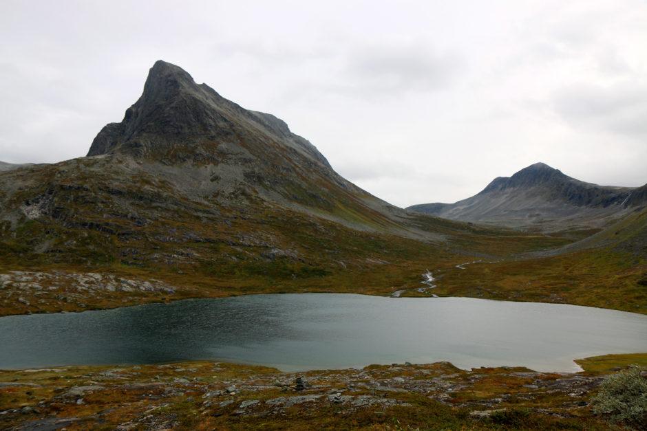 Auf dem Hochplateau gab es einige Seen. Hier stoppte niemand. Wunderbar einsam war es dort.