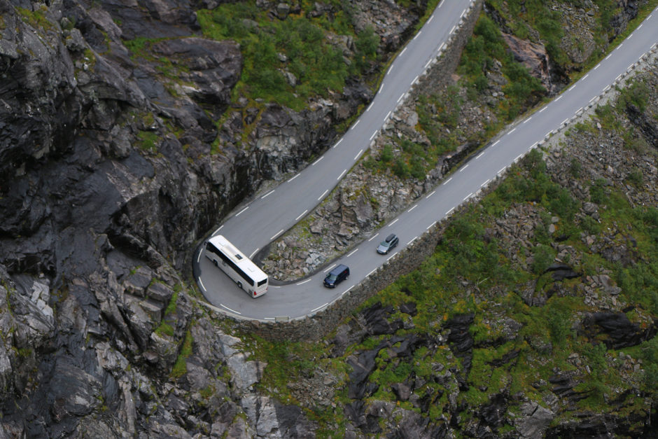 Amreisengroße Busse kurven um viel zu enge Kurven.