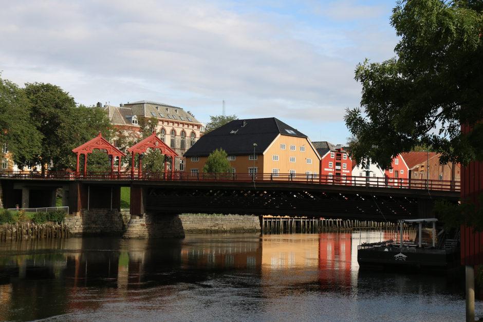 Die alte Brücke in Trondheim. Die Häuser rund herum sollte man auf jeden Fall gesehen haben.