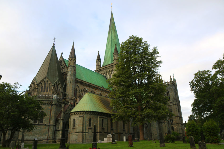 Rund um den Dom ist ein Friedhof angelegt, auf dem Bischöfe und andere Würdenträger beerdigt sind.