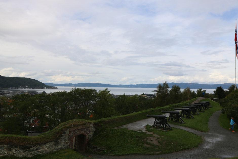 Die alten Kanonen in Trondheims Festungsanlagen.