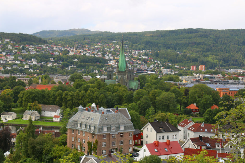 Der Blick auf Trondheim. Unübersehbar sticht auch hier wieder der Dom heraus.