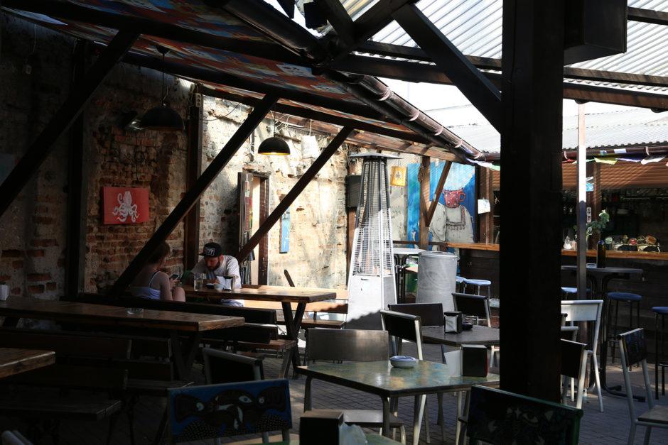 In einem kleinen Hinterhof haben wir eine nette Bar gefunden. Balti Drambliai heißt sie.