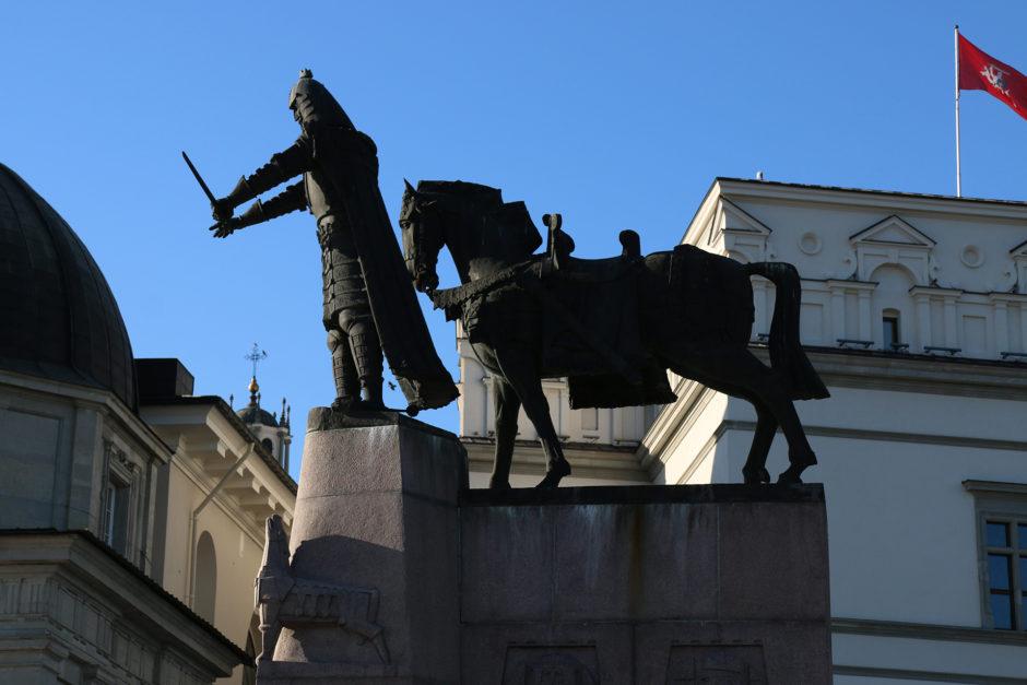 Das Denkmal am Fuße der Burg stellt Gediminas, den Großfürsten Litauens dar.