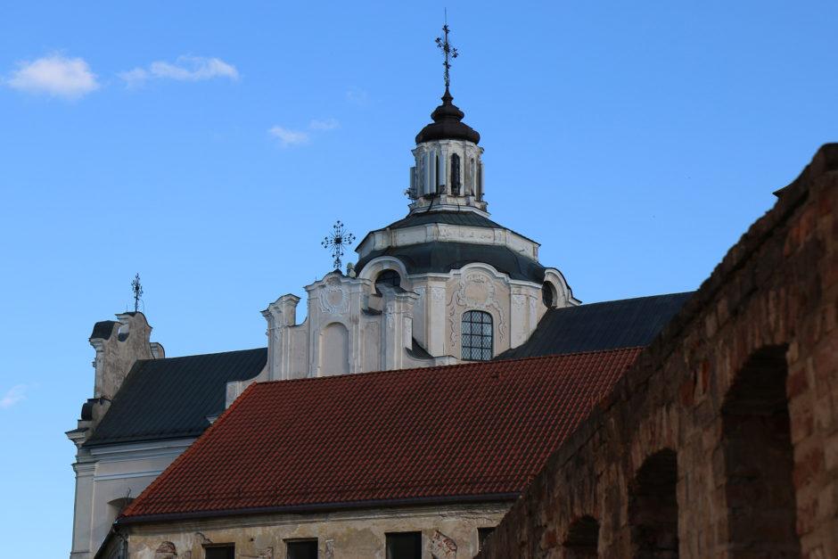 Der Blick aus einem engen Gässchen auf einen Kirchturm.