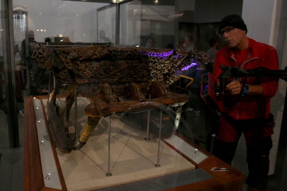 In einem Nebenraum des Museums konnte man einem Mitarbeiter beim 3D-Scan-Erstellen eines Wikingerschlittens über die Schulter schauen.