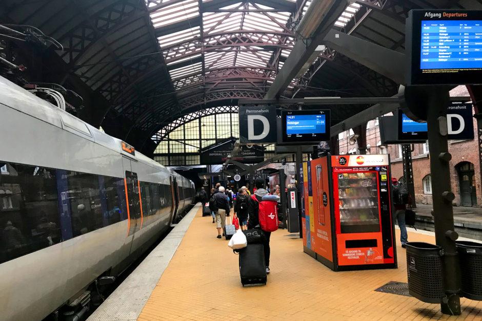 Kaum ist die Öresundbrücke überquert, schon erreicht man den Kopenhagener Hauptbahnhof. Noch etwa quirliger als in Oslo.