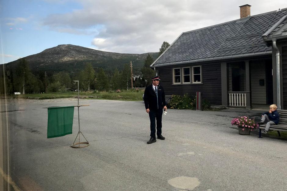 Norwegische Bahnhöfe: vier Züge je Richtung am Tag. Aber einen eigenen Bahnhofsvorsteher!