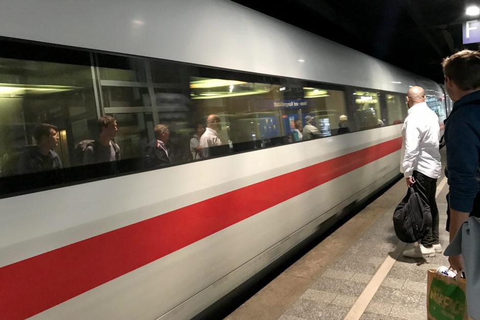 Mit gerade einmal drei Minuten Verspätung rollte ich um 1 Uhr nachts in den Wiesbadener Bahnhof.
