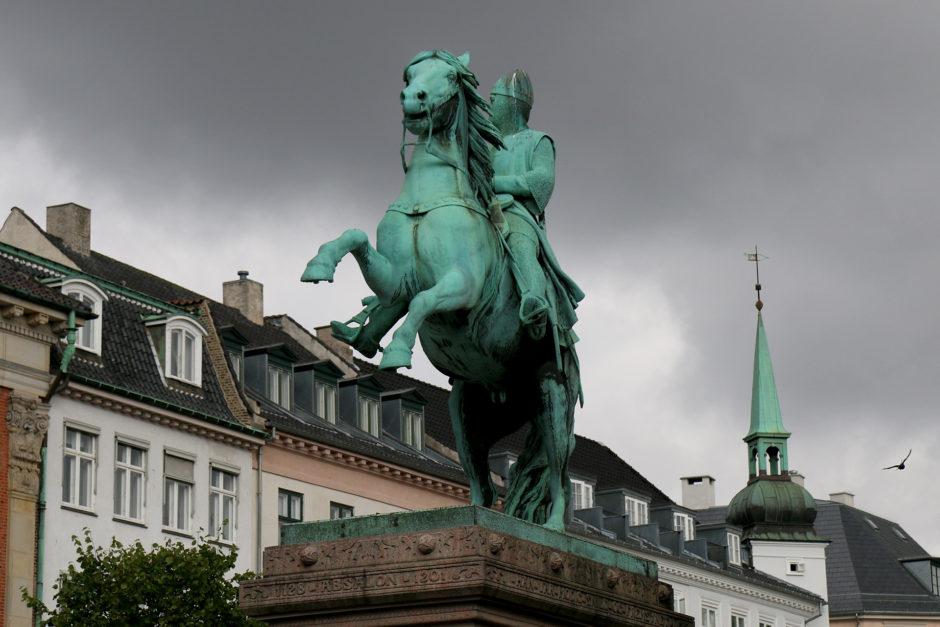 Übergroße Reiter auf grünen Pferden kommentierte er nicht weiter. Es stehen einfach zu viele in der Stadt rum...