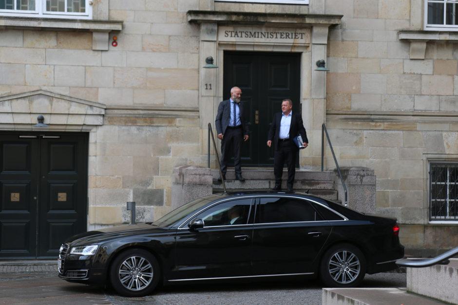 Als unser Guide bemerkte, dass die Limousine des Premiereministers mit laufendem Motor vor der Tür stand, warteten wir kurz. Völlig ohne Polizeischutz kam er raus und fuhr dann weg.