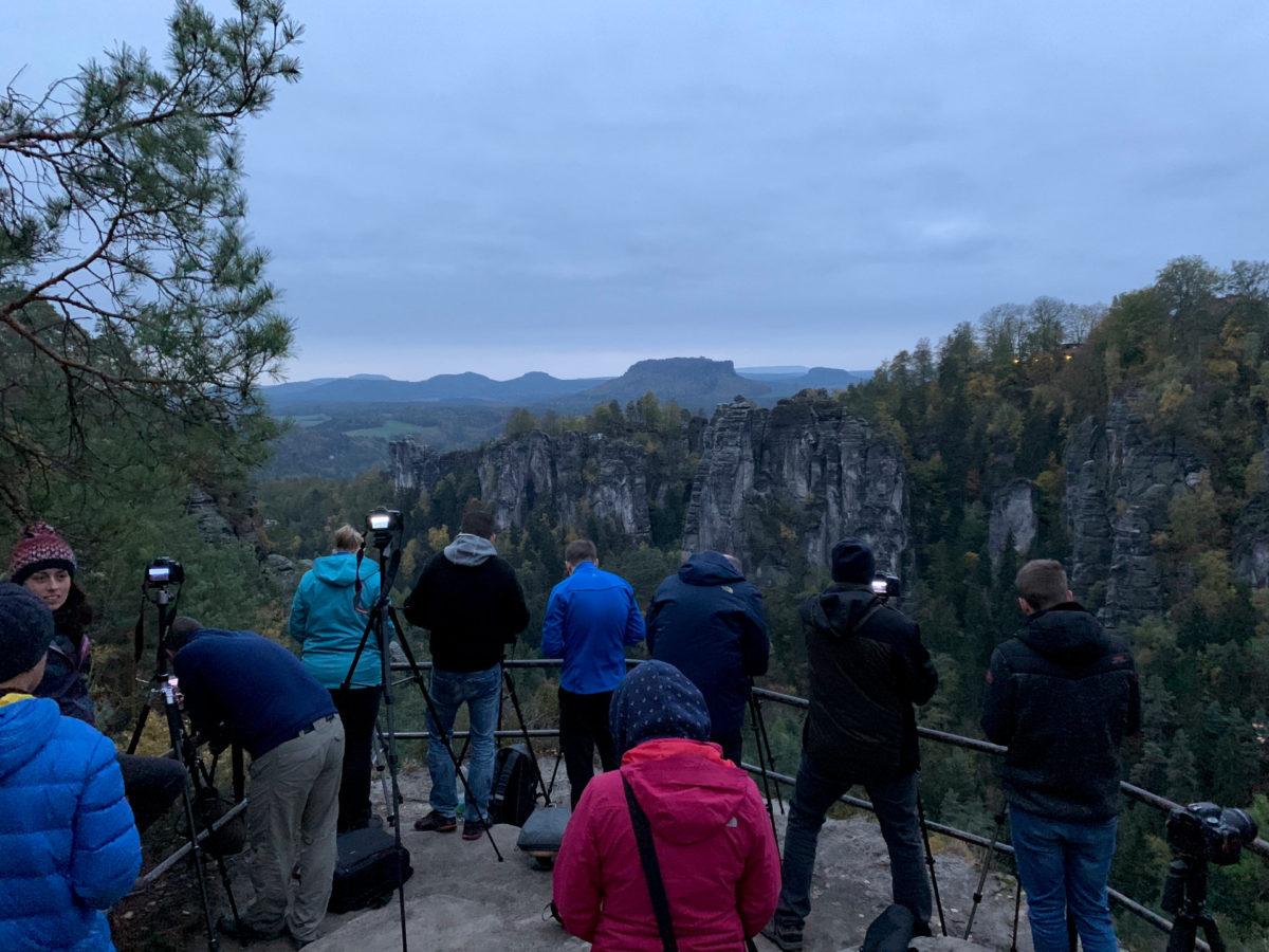 Sehr früh am Morgen. Unsere kleine Fotowalk-Truppe im Elbsandsteingebirge.