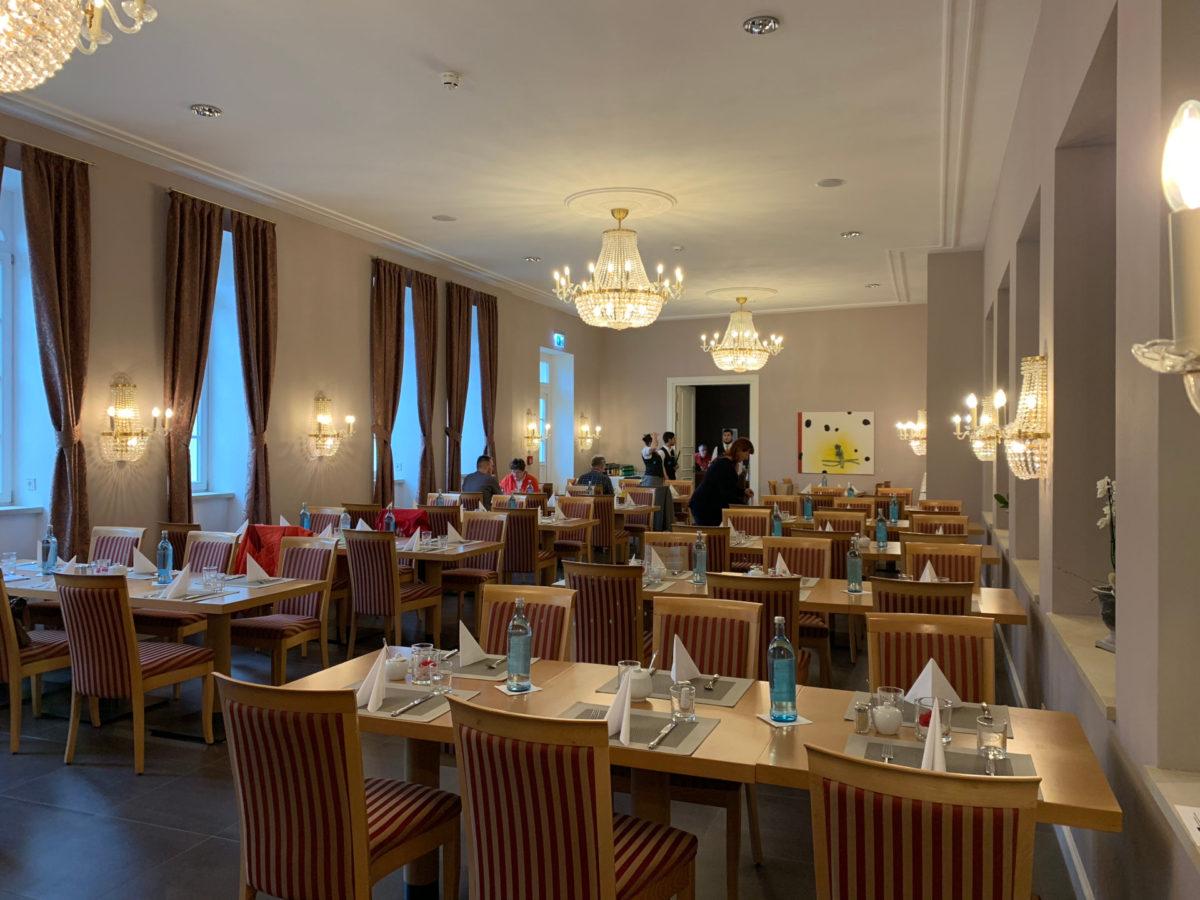In diesem festlichem Saal der Elbresidenz durften wir frühstücken und zu Mittag essen.