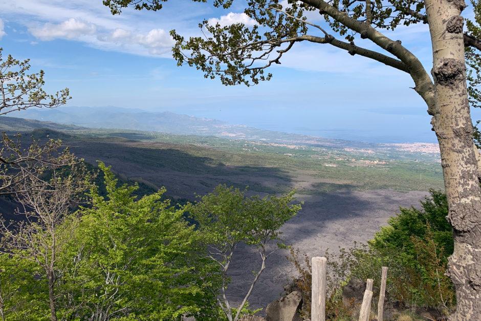 Ein weitere Aussichtspunkt. Ganz am Horizont liegt Messina. Die graue Fläche im Vordergrund ist Lavagestein.
