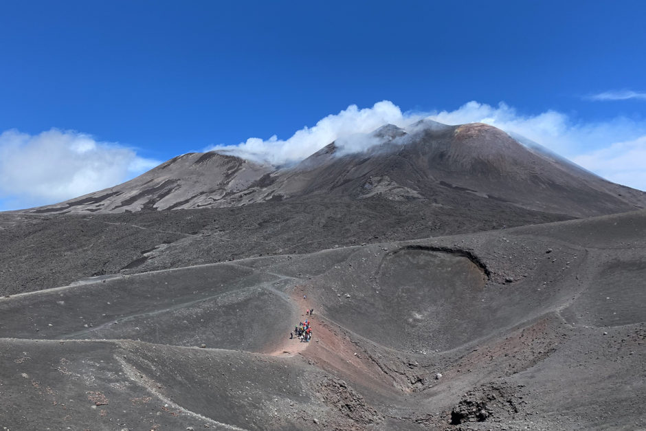 Noch einmal der Blick auf den Hauptkrater. Im Vordergrund einige kleinere Krater.