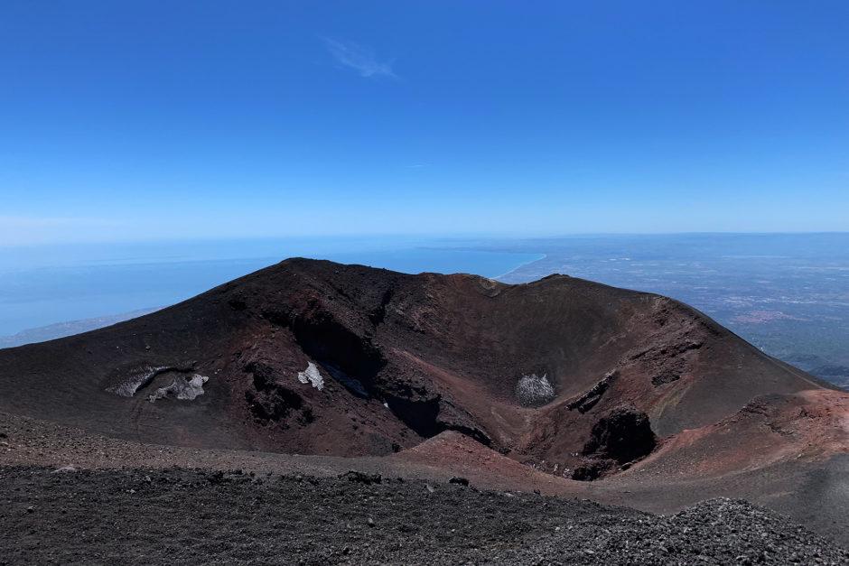 Zahlreiche kleinere Krater auf dem Ätna-Gipfelplateau. Im Hintergrund das Mittelmeer.