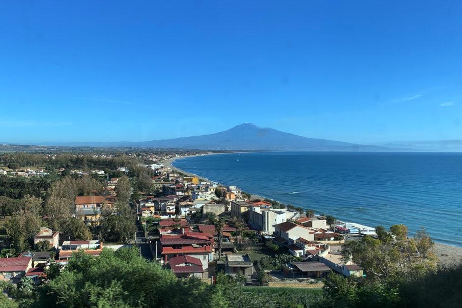 Morgens auf der Anfahrt nach Catania: der erste Blick auf den Vulkan.