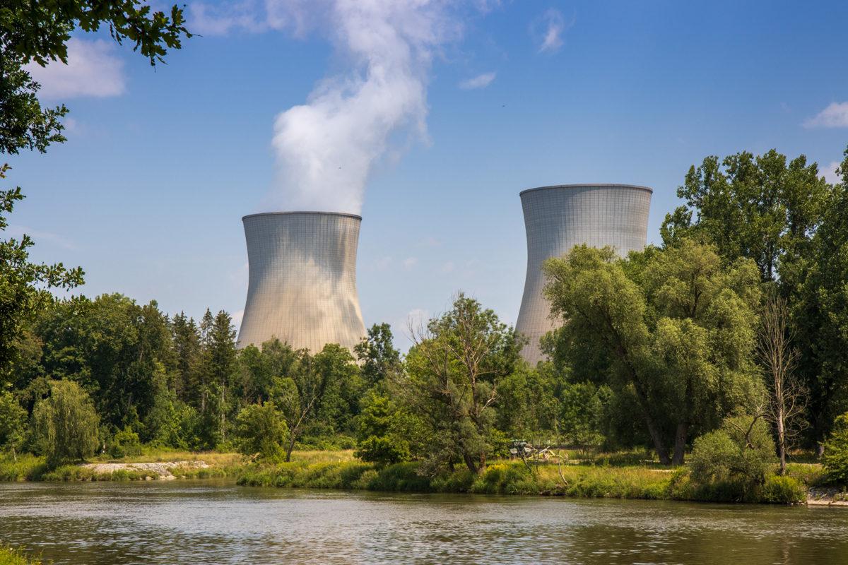 Schon von weitem sichtbar. Die beiden Kühltürme des Kernkraftwerks in Gundremmingen.