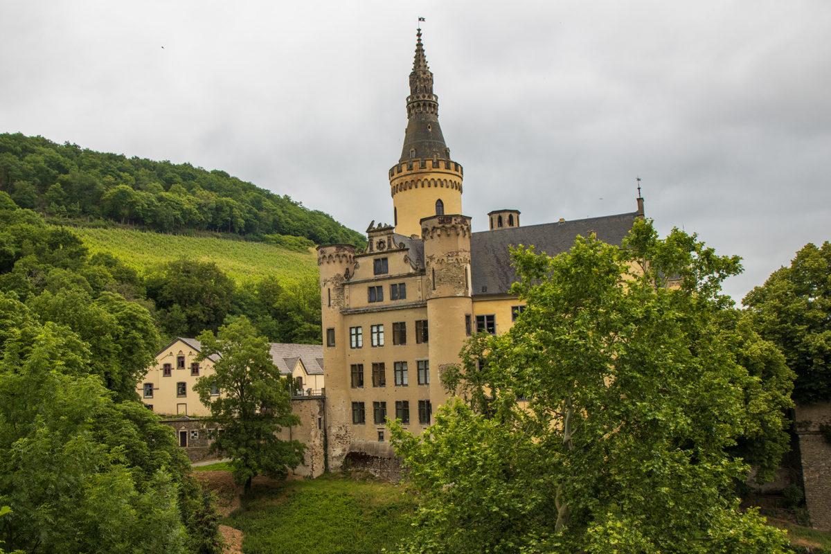 Grauer Himmel und Schloss Arenfels über Bad Hönningen.
