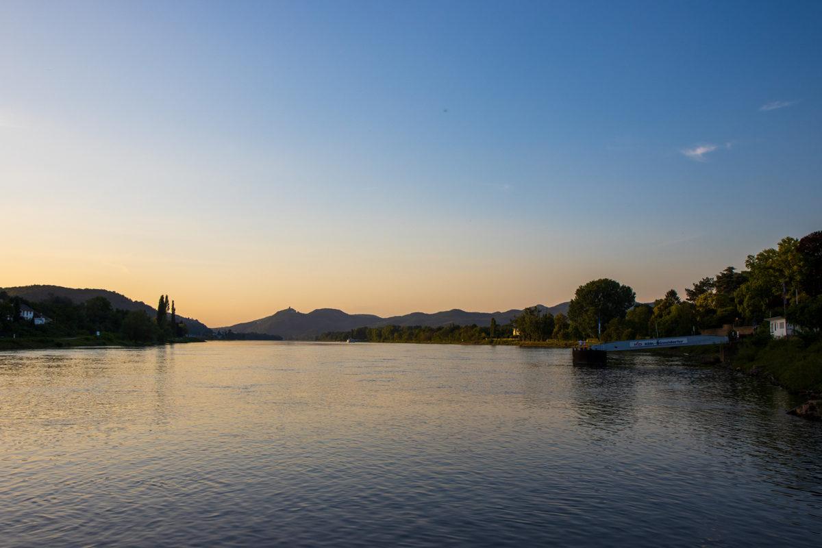 Sonnenuntergang am Rhein, im Hintergrund sieht man schon das Siebengebirge.