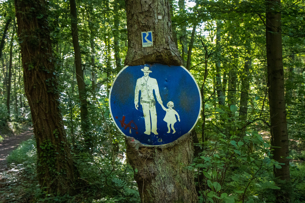 Dieses Schild mitten im Wald muss da schon ein paar Jahrzehnte hängen...