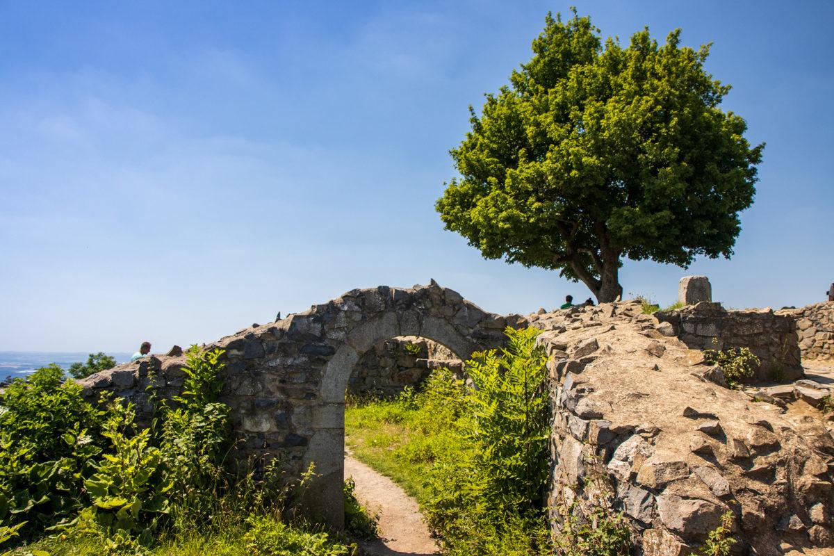 Einige Überreste der Burg auf dem Löwenberg stehen noch und geben eine nette Kulisse.