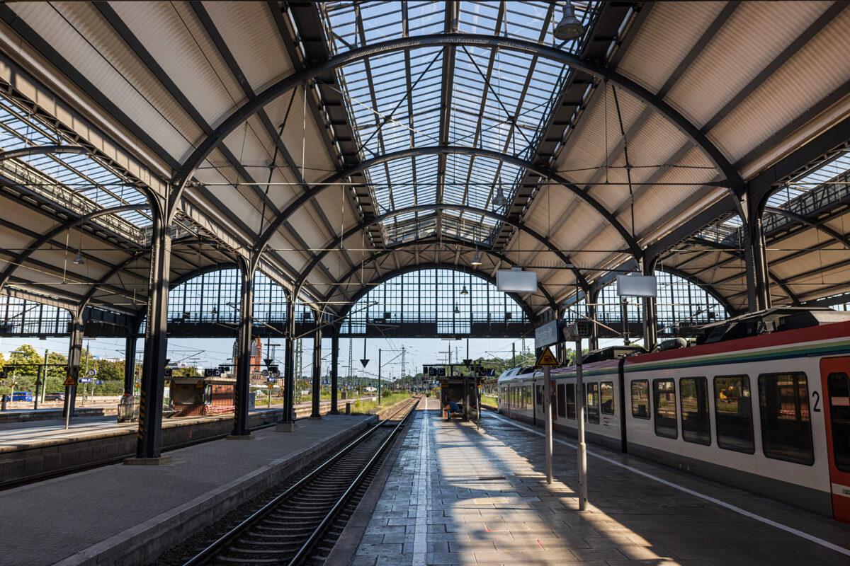 Wiesbaden Hauptbahnhof im Jahr 2020 mit seiner Bahnsteighalle über zehn Gleise.