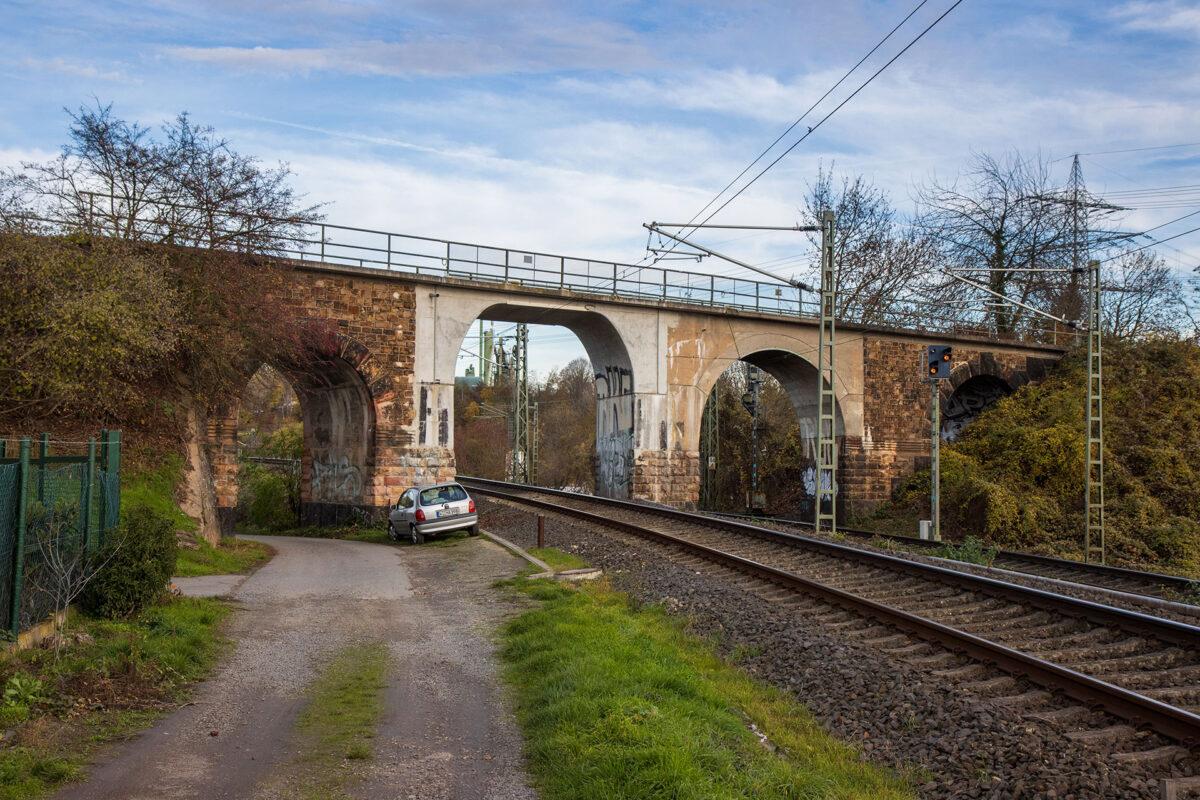 Die Brücke über die Rechte Rheinstrecke. Bitte Abstand halten zur viel befahrenden Strecke!
