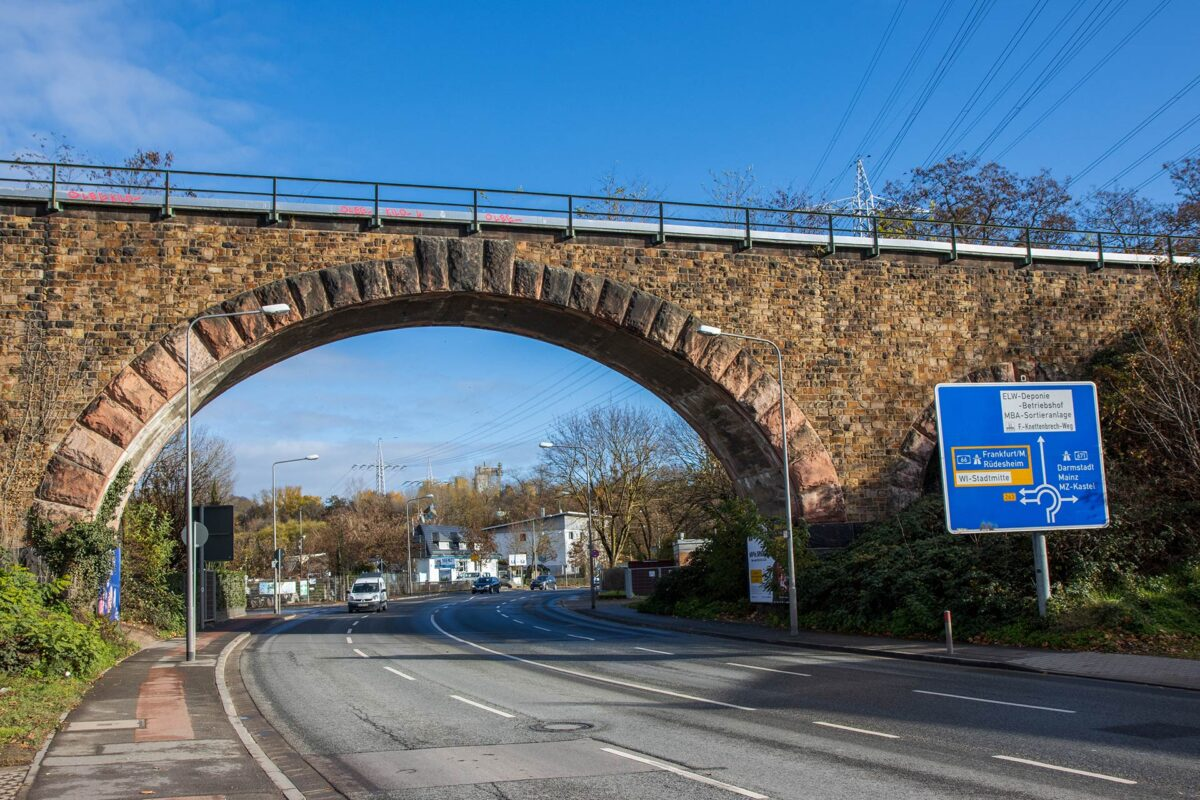 Nicht mit all den anderen Bahnbrücken an der Stelle verwechseln. Die Bogenbrücke gehört zur Aartalbahn.
