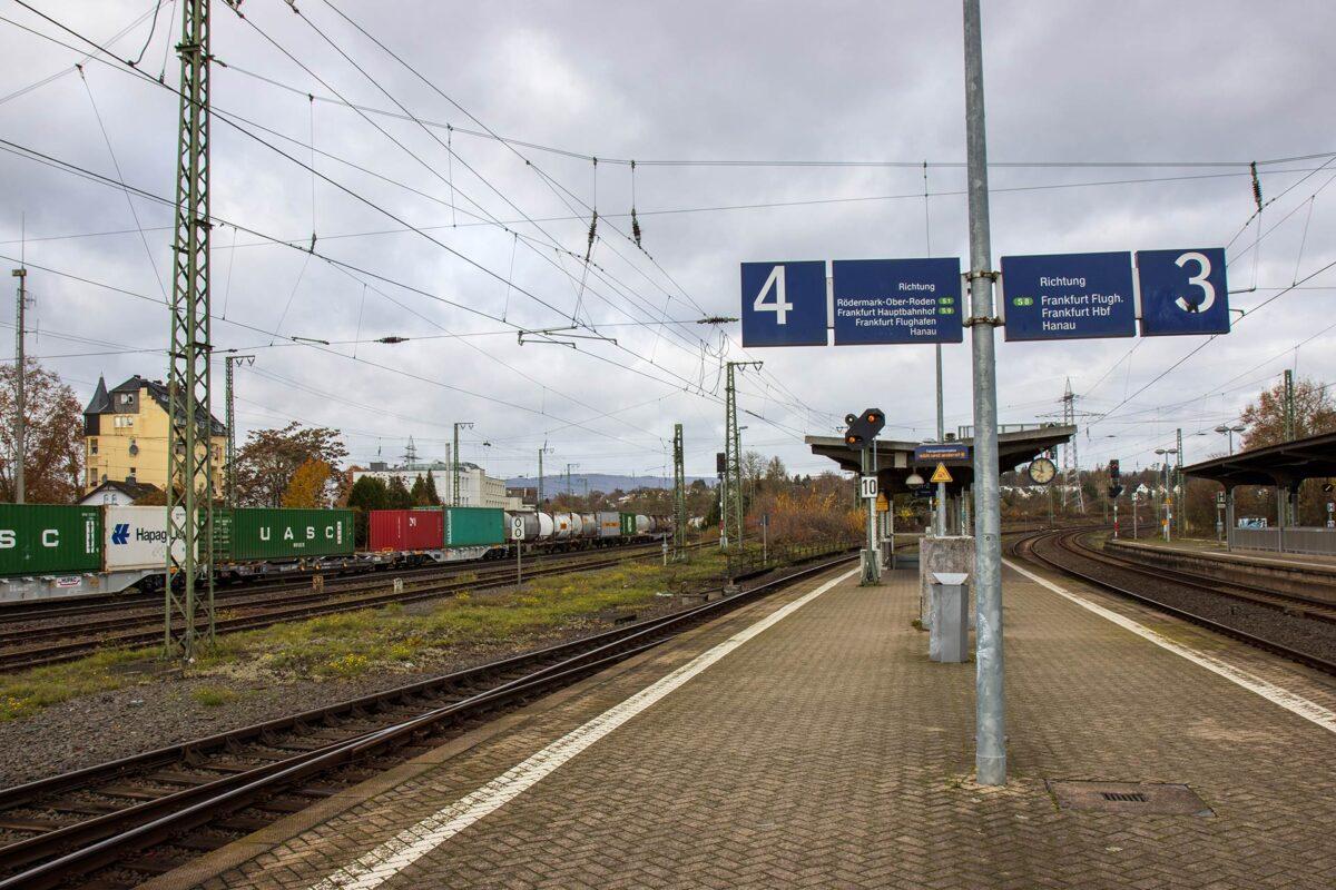 Auf dem Bahnsteig in Wiesbaden Ost: links die Gleise nach Biebrich, rechts die zum Hauptbahnhof. Genau dazwischen die Einmündung der Aartalbahn.