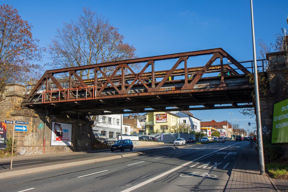 Eisenbahnbrücke über die Schiersteiner Straße in Wiesbaden.