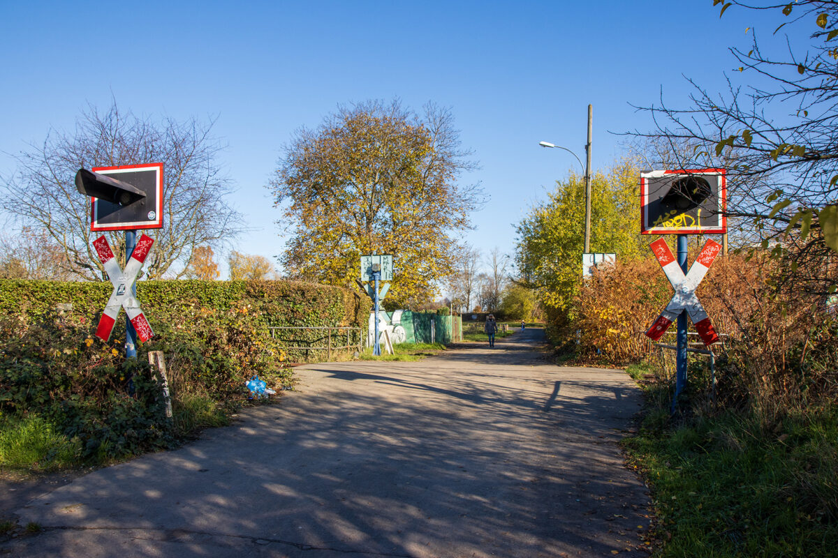 Der Bahnübergang am Straßenmühlweg.