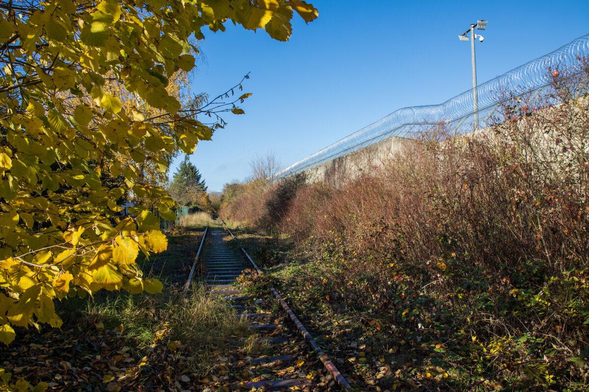 Direkt an der hohen Gefängnismauer entlang führt die Strecke weiter Richtung Dotzheim.