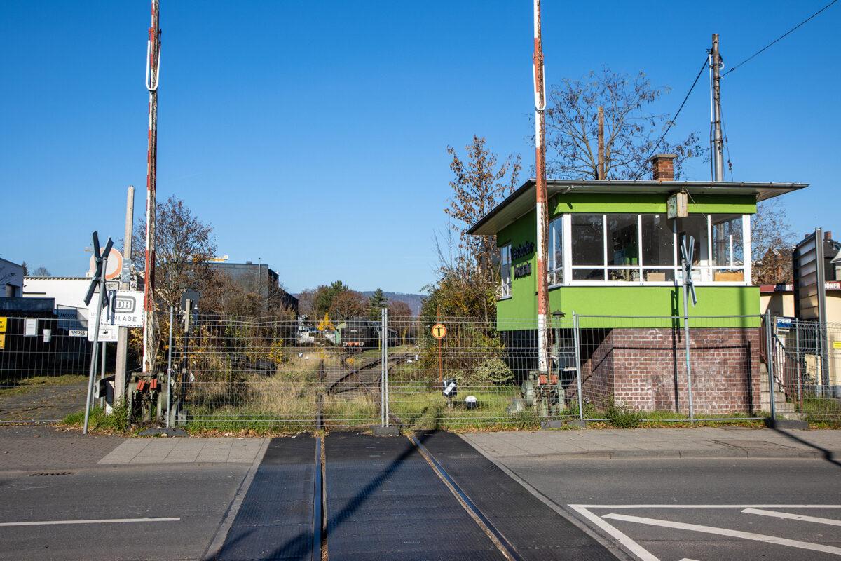 Bahnhof Dotzheim mit Bahnübergang und Bahngelände der Museumsbahn.