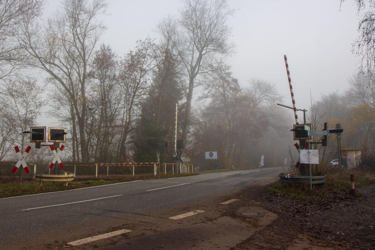 Am Chauseehaus kreuzt die Lahnstraße von Schlangenbad nach Wiesbaden die Bahnstrecke.