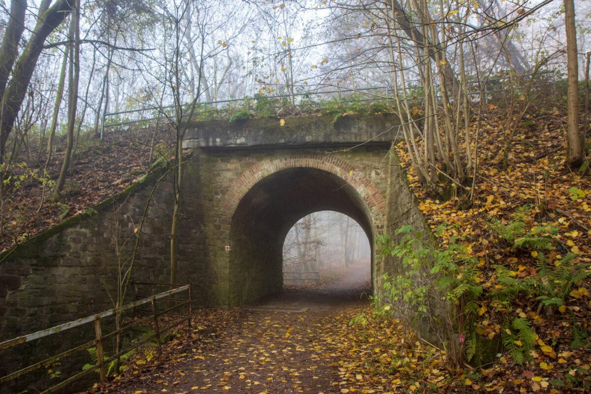 Hier unterqueren ein beliebter Waldwanderweg und links davon der Gehrner Bach die Aartalbahn.