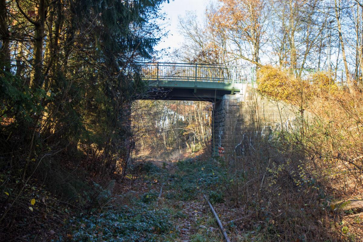Kurz vor Einfahrt in den ehemaligen Bahnhof Hahn-Wehen eine 2004 erneuerte Brücke.
