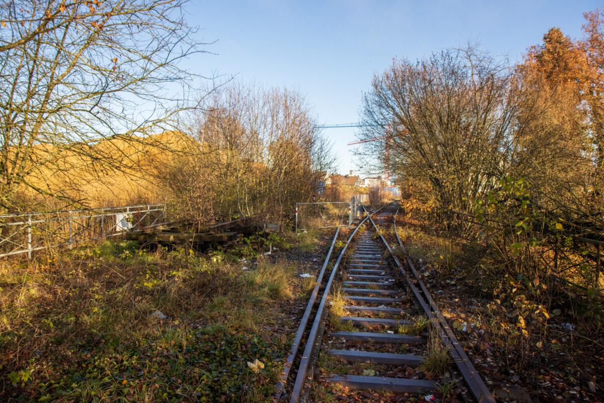 Blick zurück in den Bahnhof. Auf der Brücke über die Gottfried-Keller-Straße wurde das zweite Gleis schon lange demontiert.