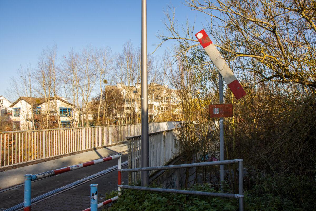 Auch von der anderen Seite als Bahnübergang beschildert. Radfahrer sollen absteigen.