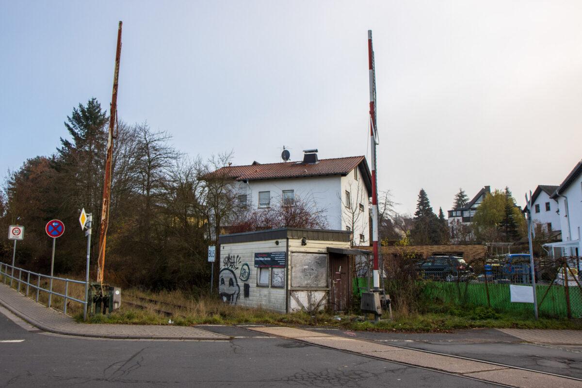 Der Bahnübergang an der Konrad-Adenauer-Straße hat auch schon einmal bessere Zeiten gesehen.