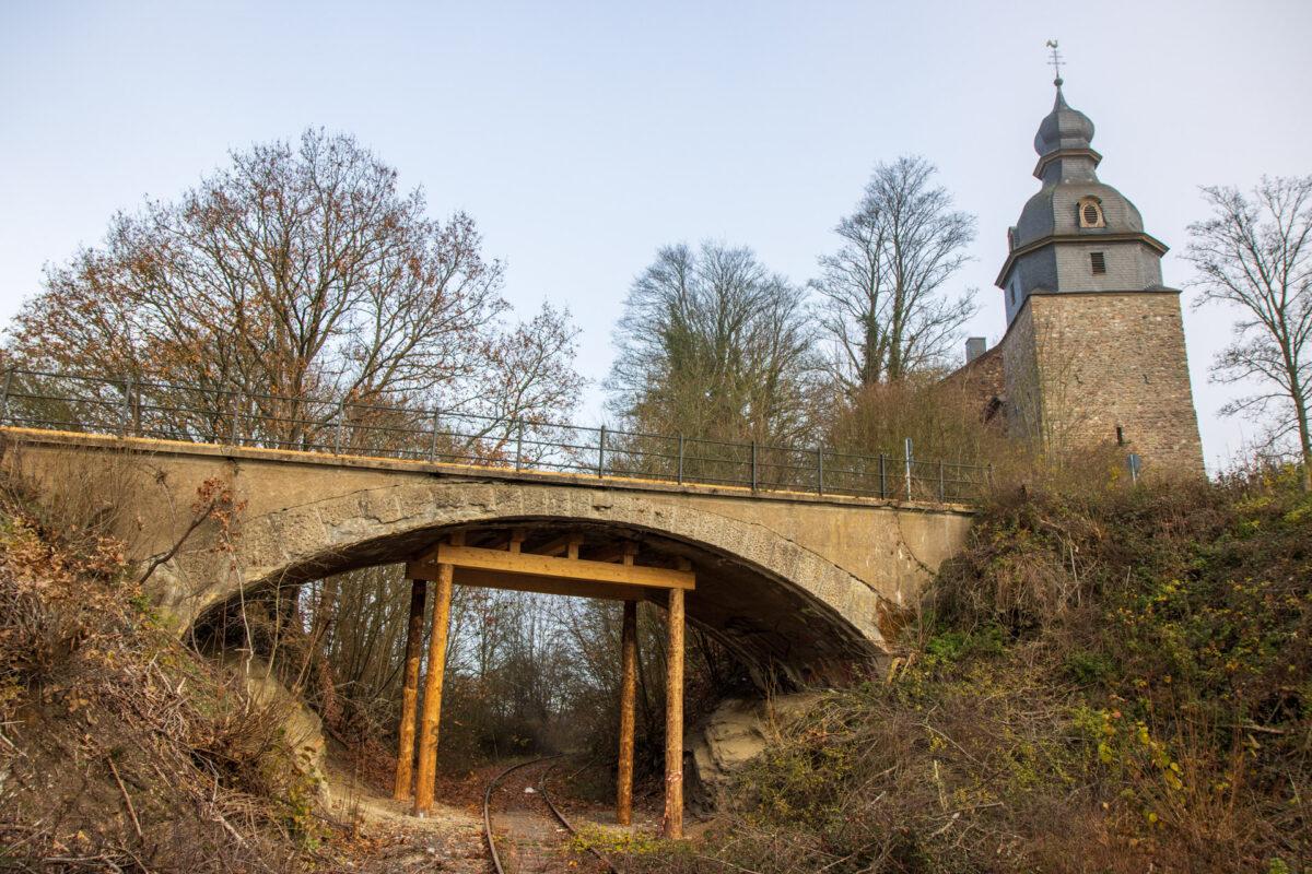 Die Brücke von der Bergkirche zum Schafhof muss abgestürzt werden.