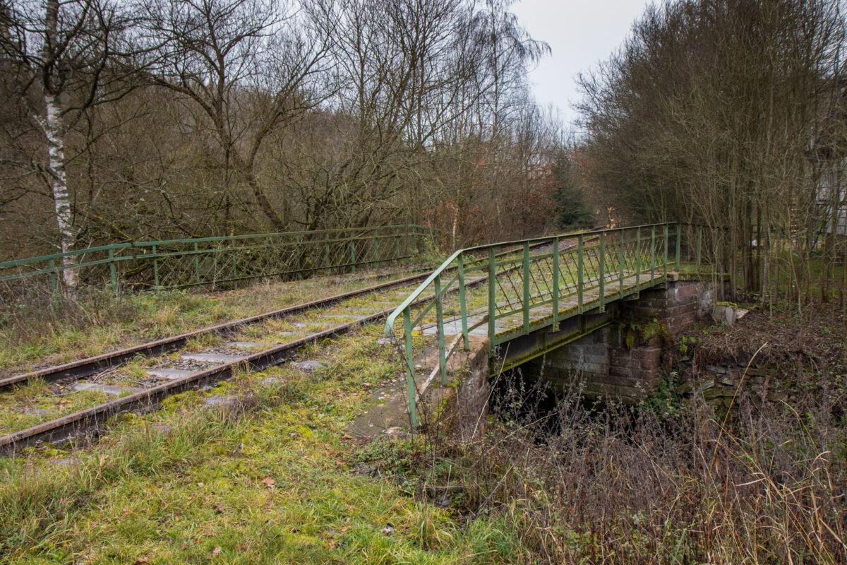 Bei der Lauberssegmühle überquert die Bahnstrecke die Aar.