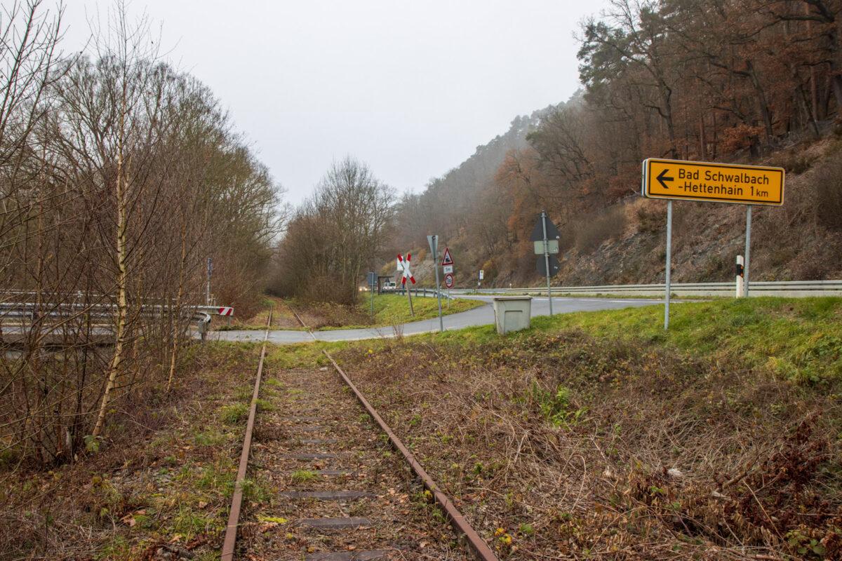 Die letzten Kilometer bis Bad Schwalbach folgt die B54 / B275 unmittelbar der Aartalbahn.