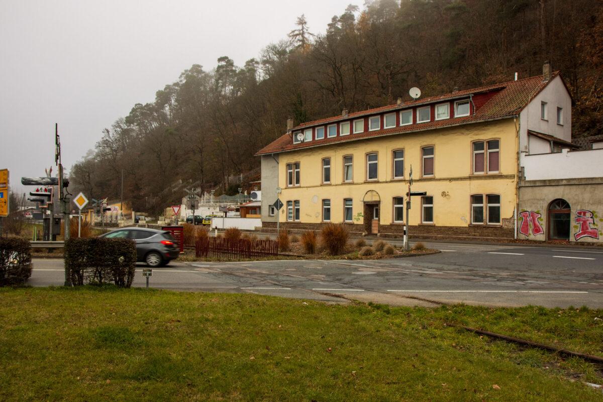 Will man nach Bad Schwalbach ins Ortszentrum, so muss man kurz nach dem Bahnhof von der B54 abbiegen und dabei die Bahnstrecke queren.