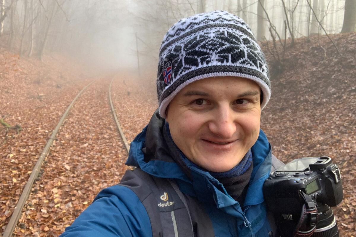 Unterwegs im Taunus. Warm angezogen und mit der Kamera allzeit griffbereit. Falls doch mal Zug vorbei kommt...