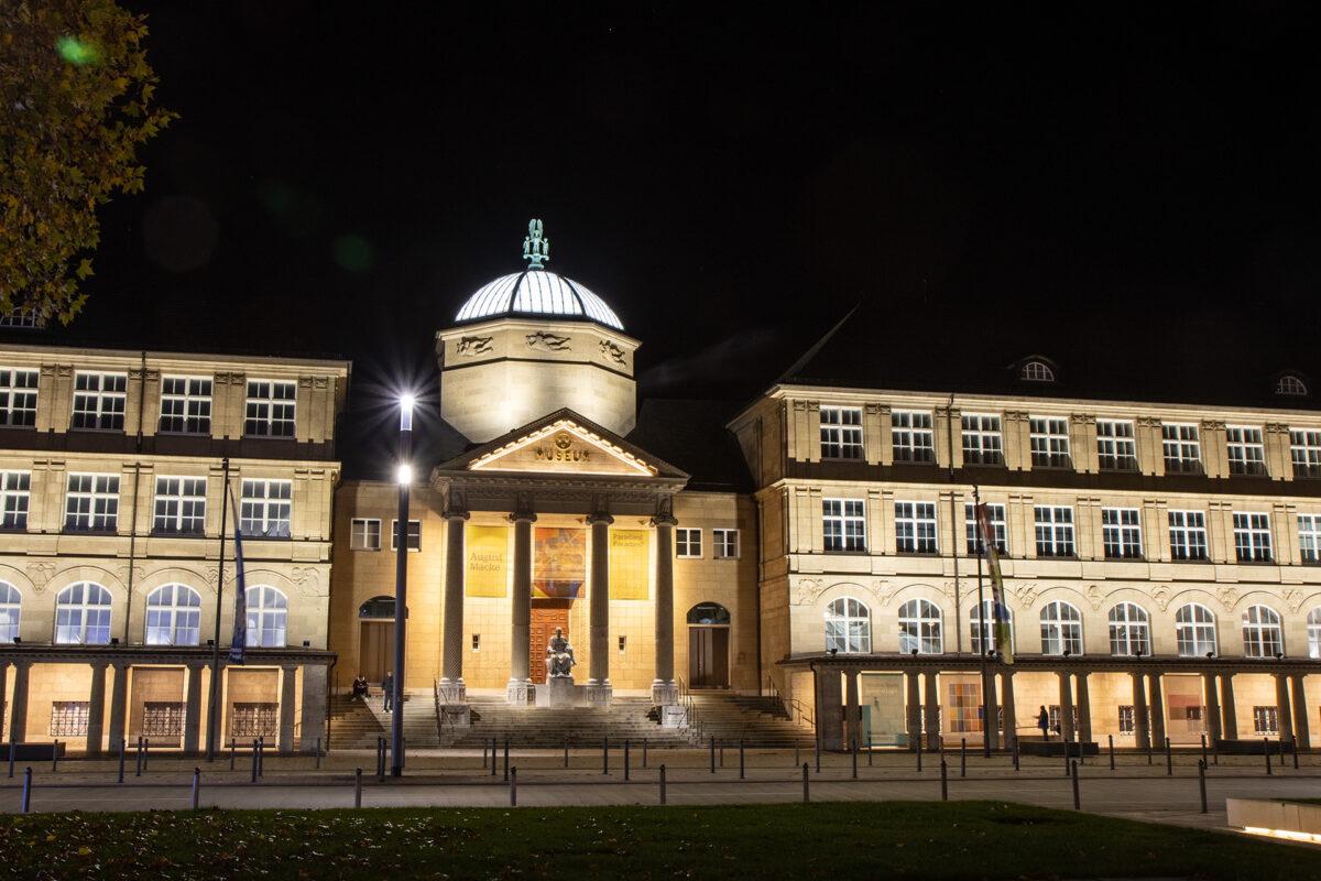 Gegenüber des Rhein-Main Congresscenter findet man das Museum Wiesbaden.